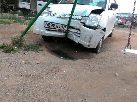 Иностранная машина врезалась вкачели надетской площадке вИркутске