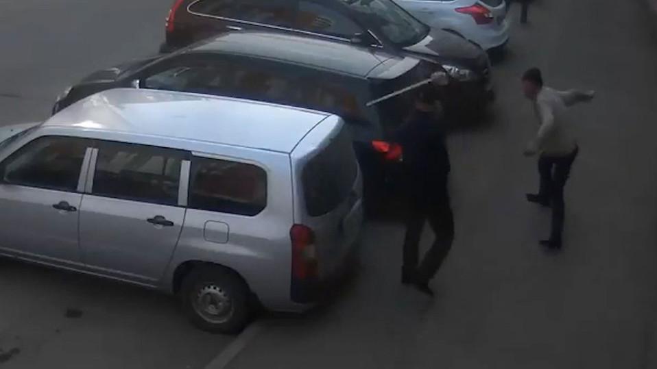 Нетрезвый иркутянин ножами портил припаркованные машины вцентре Иркутска