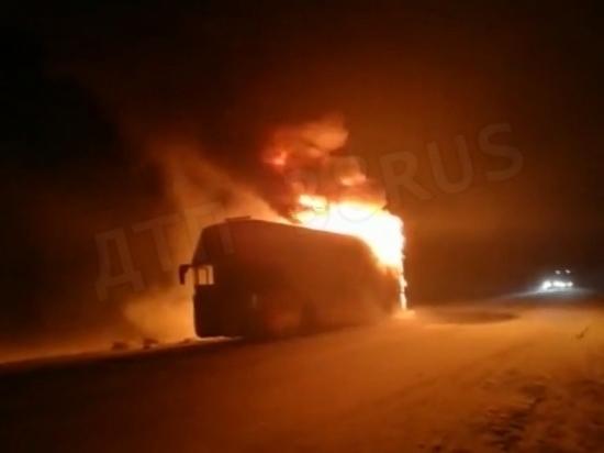Пассажирский автобус сгорел на трассе
